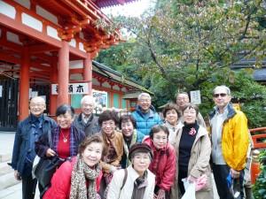 上賀茂神社の片岡社の前で片岡さんを中心に