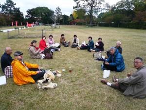 上賀茂神社の広場で昼食会